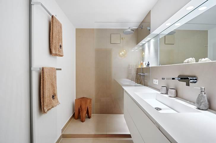 Come arredare un bagno lungo e stretto ideagroup blog for Specchio lungo
