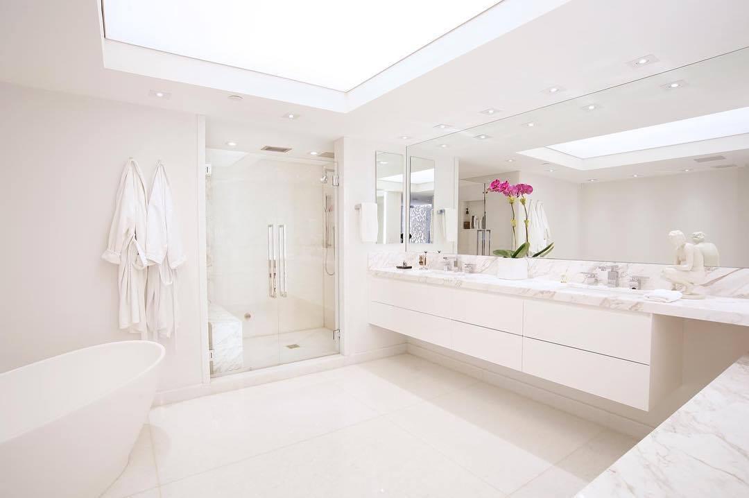 bagno total white e grigio: idee di arredo - Arredo Bagno Moderno In Marmo